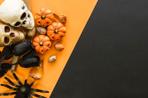 Décoration de halloween avec des roses noires et des crânes