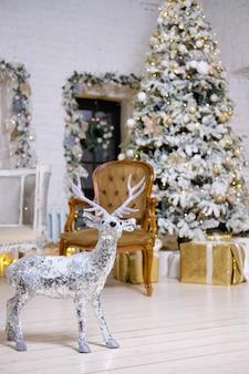 Décoration et intérieur de noël. cerf décoratif