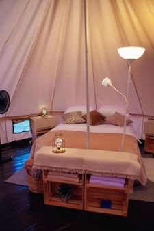 Décoration intérieure d'une tente en glamping moderne