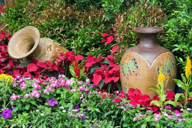 Décoration de jardin verticale avec vase.