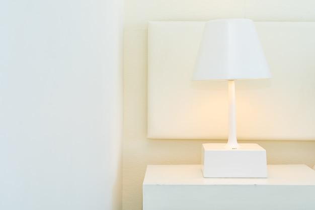 Décoration de lampe lumineuse sur l'intérieur de la table