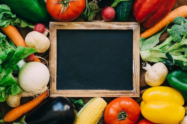 Décoration de légumes avec ardoise au dessus