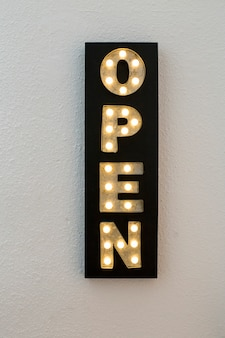 Décoration de magasin ouvert enseigne au néon. ampoules. fond blanc