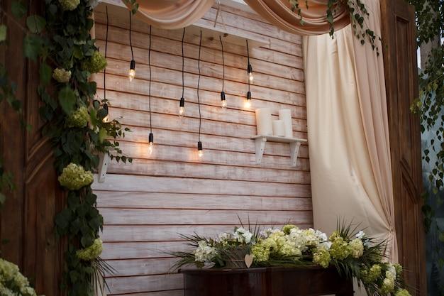 Décoration de mariage en bois vintage pour cérémonie de mariage avec des feuilles vertes et des fleurs