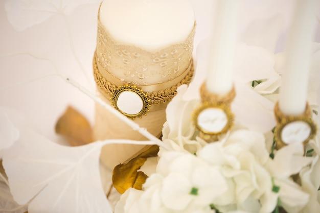 Décoration de mariage dans le style blanc et or avec dentelle de cristaux et fleurs