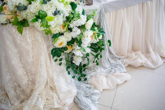 Décoration de mariage faite de fleurs et de tissu. de belles décorations pour les jeunes mariés le jour de leur mariage