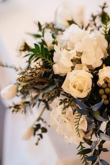 Décoration de mariage avec des fleurs et des éléments naturels