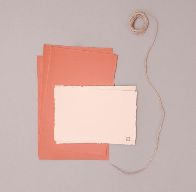 Décoration de mariage minimaliste avec des invitations