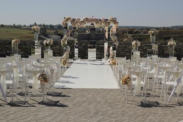 Décoration de mariage de miroirs et de fleurs pour la cérémonie de mariage