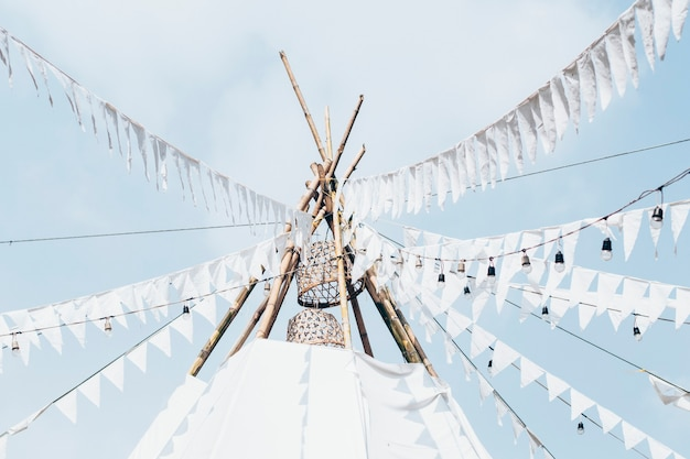 Décoration de mariage/pièce maîtresse/tente de toile de fond/tipi. tente de mariage blanche boho gypsy méditation glamping. drapeau blanc de tente bunting banners gypsy national wind stripe fanion drapeaux de décoration de fête de mariage.
