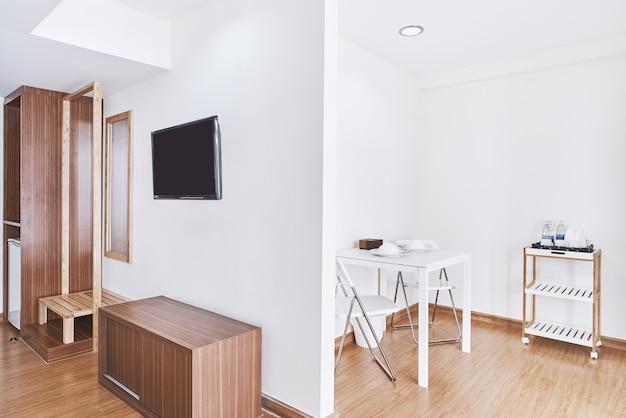Décoration moderne de l'appartement avec meubles intégrés et table dressée