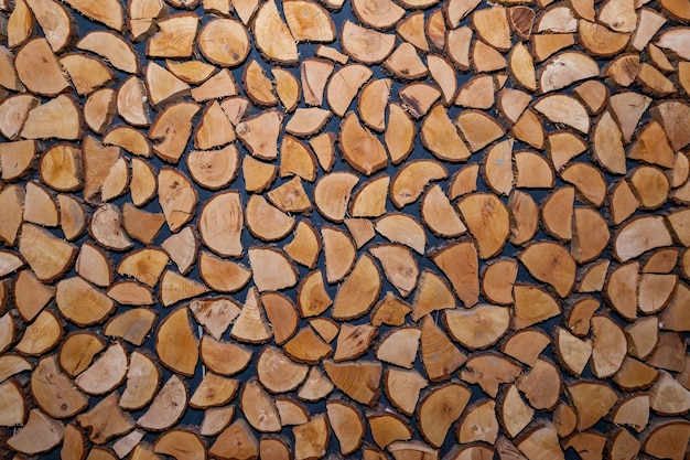 Décoration murale faite de morceaux de bois. la texture du bois des bûches