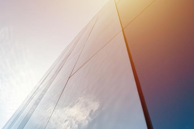 Décoration murale miroir moderne du centre d'affaires, espace copie. vue de dessous à la texture du design extérieur. modèle contemporain de bâtiments. levant les yeux.
