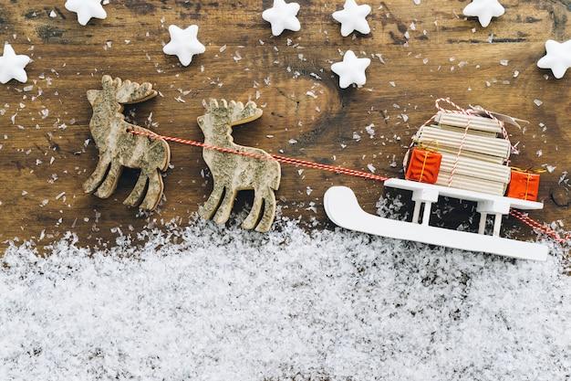 Décoration de neige de noël avec des cadeaux sur traîneau