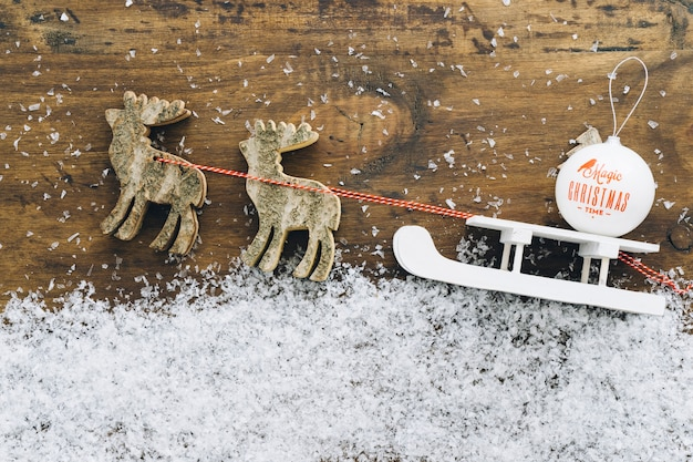 Décoration de neige de noël avec traîneau blanc