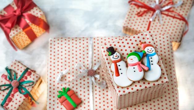 Décoration de noël avec des biscuits de fête et des cadeaux de noël