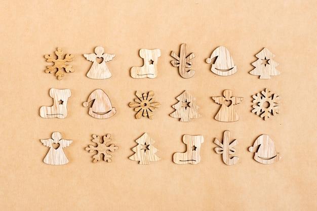 Décoration de noël en bois écologique sur fond de papier kraft