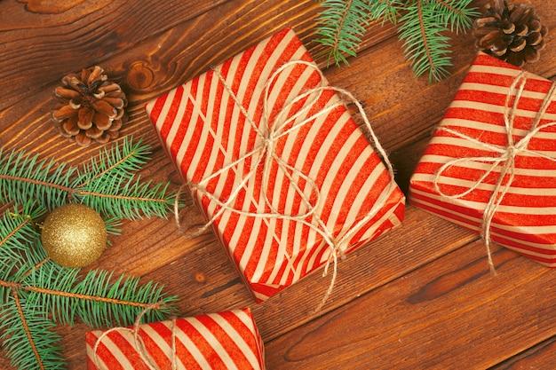 Décoration de noël, boîte-cadeau et branches de sapin sur bois