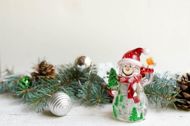 Décoration de noël et bonhomme de neige sur blanc, nouvel an