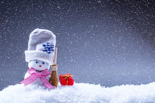 Décoration de noël avec bonhomme de neige dans l'atmosphère de neige