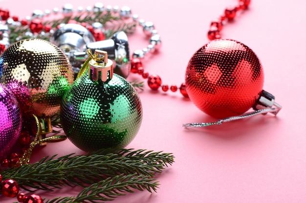 Décoration de noël: boule de noël et ornements avec la branche d'arbre de noël