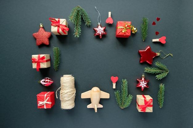 Décoration de noël avec des branches, des étoiles et des boîtes-cadeaux, fond de cadre