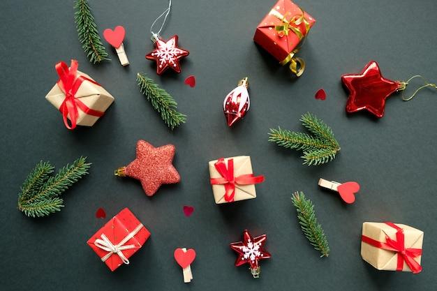 Décoration de noël avec des branches, des étoiles et des coffrets cadeaux