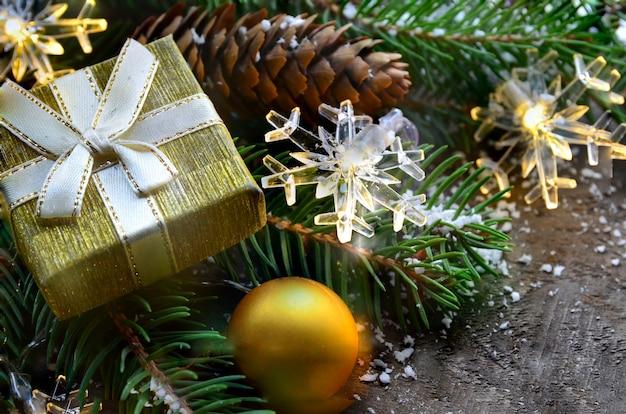 Décoration de noël avec cadeau et pomme de pin