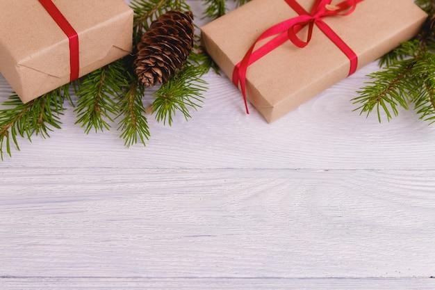 Décoration de noël avec des cadeaux et des branches de sapin