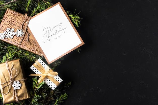 Décoration de noël avec cadeaux emballés et espace de copie