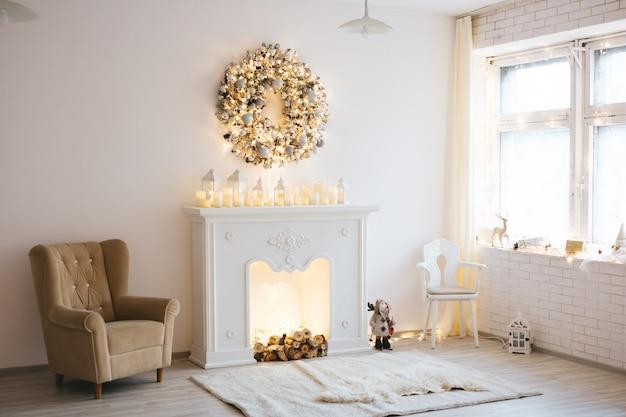 Décoration de noël d'une chambre avec sapin, lit, cadeaux avec de nombreux jouets et illuminée d'un style blanc doré