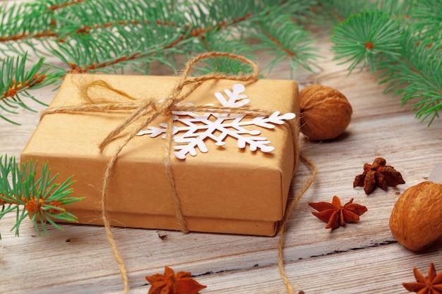 Décoration de noël, coffret cadeau et branches de sapin