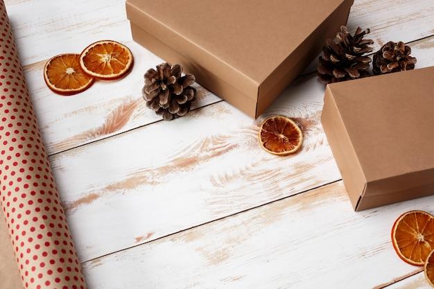 Décoration de noël et coffrets cadeaux sur fond en bois. au dessus de.
