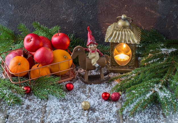 Décoration de noël avec corbeille de fruits et lanterne