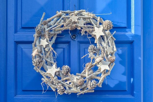 Décoration de noël. couronne d'argent accrochée à la porte.