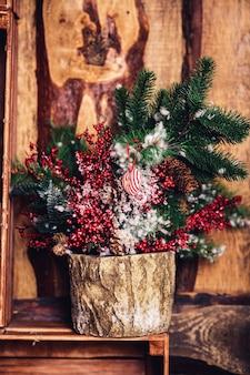 Décoration de noël dans un style rustique sur le fond d'un mur en bois.
