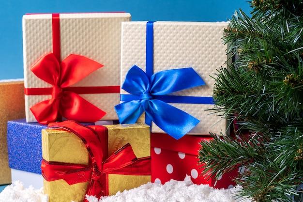Décoration de noël et du nouvel an sur bleu avec des coffrets cadeaux et arbre du nouvel an.