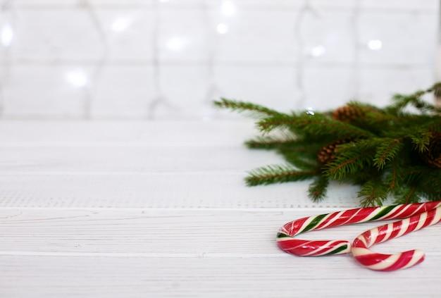 Décoration de noël sur fond blanc le concept de noël et du nouvel an.