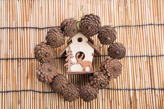 Décoration de noël sur fond de carte en bois