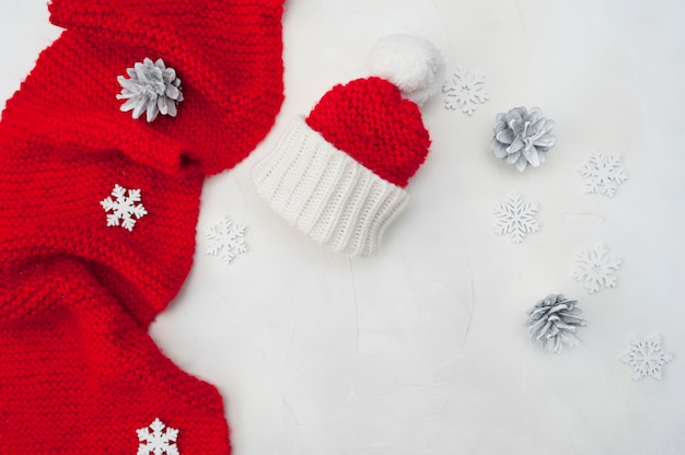 Décoration de noël avec foulard et chapeau de père noël rouge