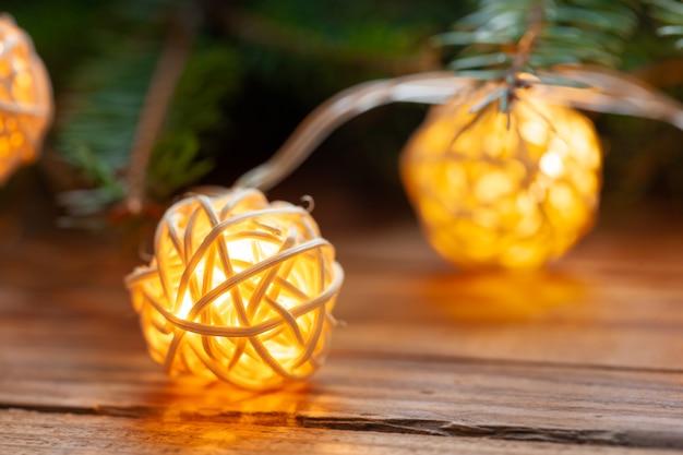 Décoration de noël avec guirlande lumineuse sur table en bois