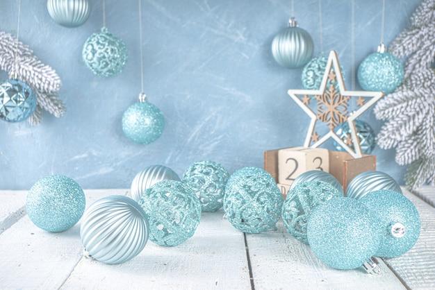 Décoration de noël ou d'hiver de fête avec des boules d'arbre de noël bleu argent sur bleu clair