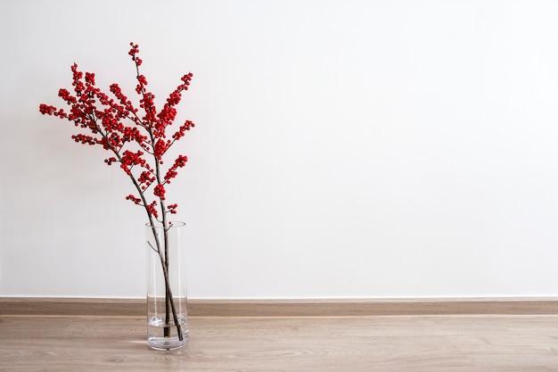 Décoration de noël ilex verticillata ou winterberry holly en bouteille de verre