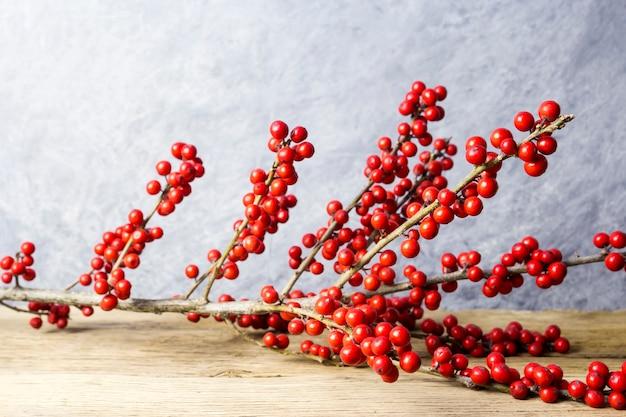 Décoration de noël ilex verticillata ou winterberry houx sur le vieux bois