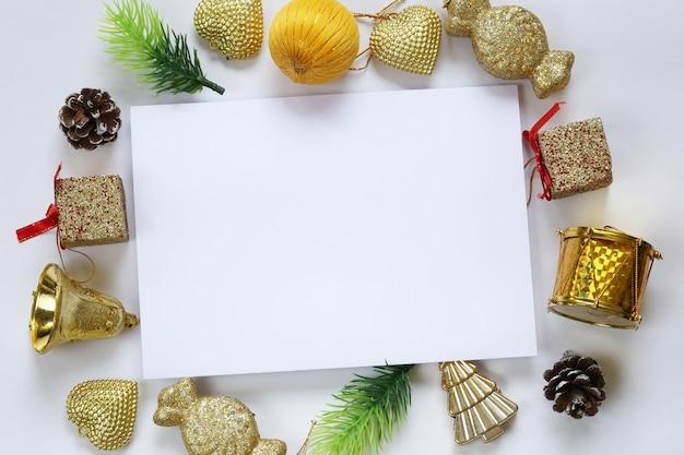 Décoration de noël et note de papier vide sur fond blanc.