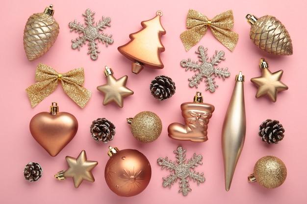 Décoration de noël or sur fond rose, vue de dessus, mise à plat. composition du nouvel an