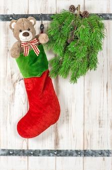 Décoration de noël. ours en peluche et chaussettes rouges. ornements de style vintage