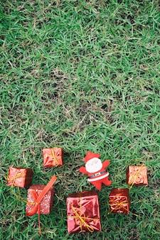 Décoration de noël sur la pelouse verte.