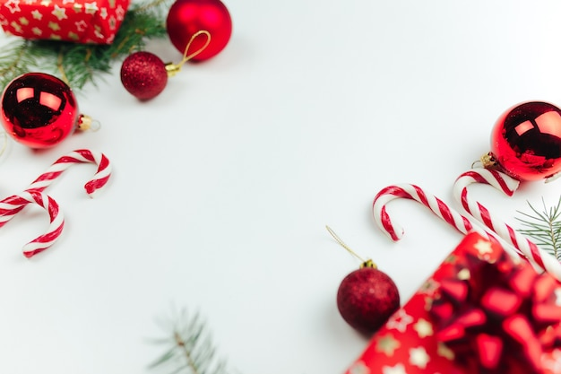 Décoration de noël rouge sur fond blanc, cadeaux de noël, bonbons, sucette. photo de haute qualité