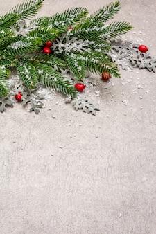 Décoration de noël. sapin du nouvel an, feuilles fraîches et neige artificielle.